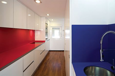Silestone Rosso Monza y Azul Enjoy makes a bold statement in the kitchen.
