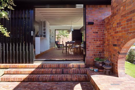 Double Courtyard House by Stuart Vokes and Aaron Peters uses a blend of five bricks from the PGH Bricks & Pavers™ range. The design features a nuanced colour combination and has an incredible reactivity to light. Photography: Christopher Frederick Jones.