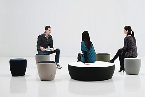 The bicolour design of the Chat range of poufs and stools is adaptable to different environments.