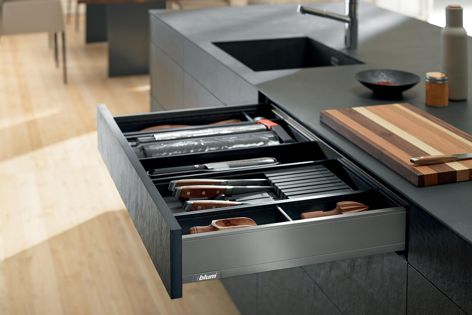 Available in three colour concepts and four height options, LEGRABOX pure is a versatile solution.