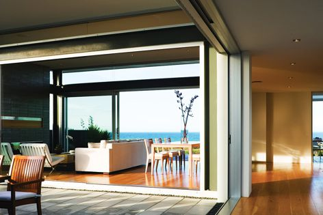 The Magnum 618 four-panel sliding door can accommodate door openings up to 12,000 mm wide.