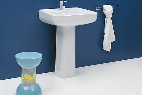 The ceramic ledge of the basin can be used to display soaps and cosmetics.