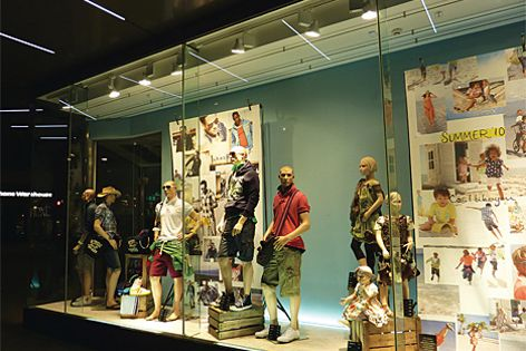Varios Spot lights are perfect for shop windows, where flexibility of light is paramount.